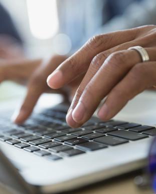 在筆記本電腦上打字的人