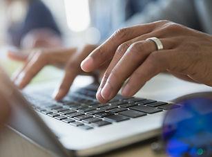 Homem que datilografa em um portátil