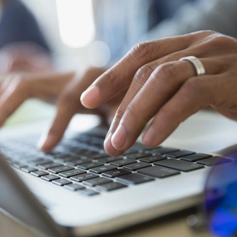 L'uomo digitando su un laptop