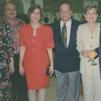 Andrés Maduro, presidente de la Asociación Panameña de Orquideología con algunos de sus invitados. 1994