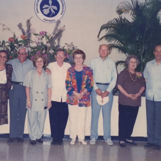 Algunos fundadores de la Asociación en el Jardín Botánico: Cecilia de Jurado, Hugo Huerta, Azucena de Huerta, Max Konanz, Evelina de Konanz, Emilio Metler, Eulalia de Vintimilla y Padre Ángel Andreetta - 1994.