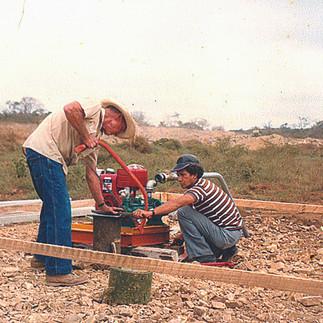 Thomas Simpson, con la ayuda de Samuel Quiñonez, afora el Pozo de Agua que donó al Jardín Botánico – 1985.