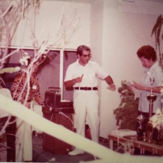 Dr Hugo Huerta y Evelina de Konanz en los preparativos de la Primera Exposición de Orquideas del Ecuador Guayaquil - 1975.