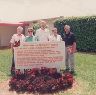 El señor Ronald Boender, propietario del Butterfly World de Coconut Creek, recibe a los         miembros del Jardín Botánico de Guayaquil.