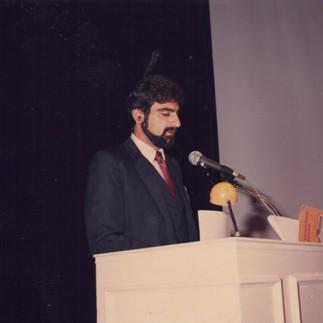 Denis de Alexandro dictando una conferencia sobre orquideas del Ecuador en la Exposición Mundial de Tokio - 1987.