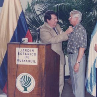 Luis Chiriboga Parra, vice alcalde de Guayaquil felicitando al director del Jardín Botánico Arcadio Arosemena.