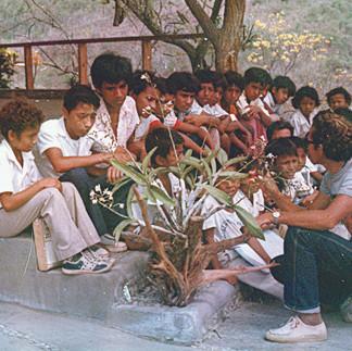 Los estudiantes reciben explicaciones de Samuel Quiñonez 1982.