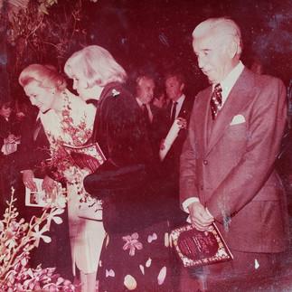 La Princesa Grace en la exhibicion del Ecuador recibiendo explicaciones de Olga Baquerizo de Guzman  y Julio Guzman representantes de la AEO - 1980.