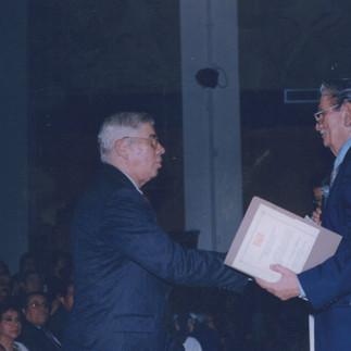 El Lic. Jorge Sweet, presidente de la Casa de la Cultura Nucleo del Guayas incorporando como Miembro Honorario a Arcadio Arosemena - 2002.