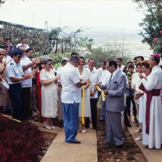 Dr. Juan Larrea Holguín, Obispo Coadjutor de Guayaquil, Mario Jalil, Ministro de Agricultura y Lutfallah Kozhaya, Filantropo Benefactor, en la ceremonia inaugural.