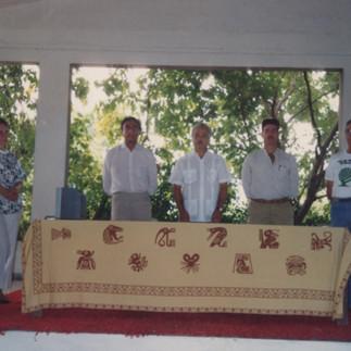 Firma de los convenios de cooperación Cecilia de Jurado (AEO), Ing. Robalino (Cormadera), Eduardo Alvarez (AEO), Eduardo Aspiazu (Fundación Natura) y Arcadio Arosemena (Jardin Botánico de Guayaquil) 1991.