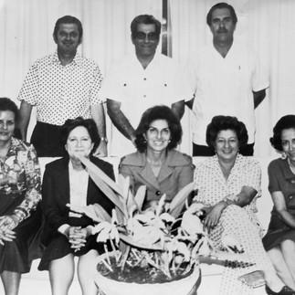 Grupo de fundadores Azucena de Huerta, Gloria de Castro, Leonor de Vinueza, Evelina de Konanz, Montserrat Maspons, Max Konanz M., Hugo Huerta y Julio Vinueza.