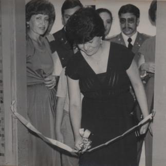 La Abog. Martha Bucaram de Roldos inaugura la Tercera Exposicion de Orquideas del Ecuador -1979. La acompaña Carmela Robles de Arosemena.