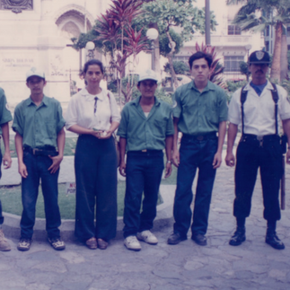 Natalia Molina y el personal de mantenimiento y guardianía del parque Seminario, 1996.