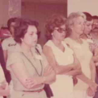 Miembros de la Asociación e invitados escuchando las instrucciones del padre Ángel Andreetta - 1975.