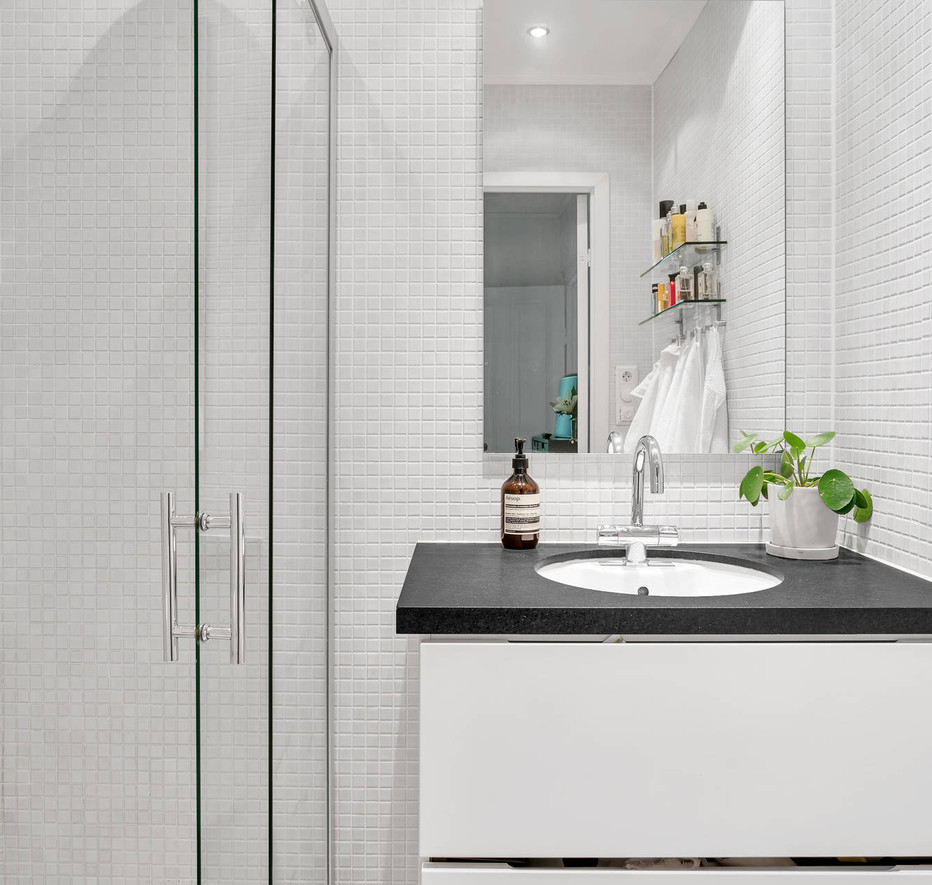 Valhallavagen 116 Shower room .jpg