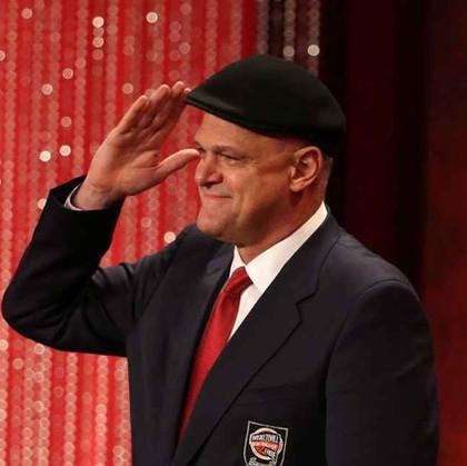 Oscar Schmidt dá discurso emocionante em cerimônia de entrada para o Hall of Fame