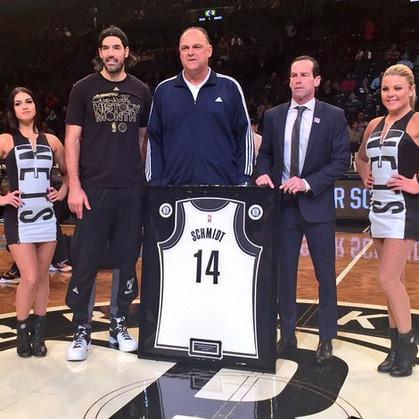 Oscar recebe camisa do Brooklyn Nets com seu nome