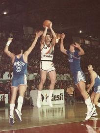 Oscar Schmidt jogando em Caserta, Itália