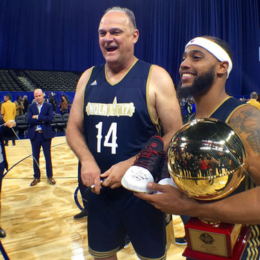 Oscar Schmidt entrega tênis para o MVP do jogo