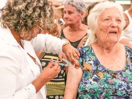 Idosos começam a ser vacinados contra gripe nesta segunda (23)