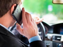 1 em cada 5 brasileiros afirma dirigir usando o celular