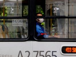 Locais onde moradores dependem do transporte público têm mais covid-19