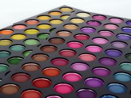 Maquiagem, glitter, tinta: Dermatologista fala sobre os cuidados com o uso desses produtos durante o