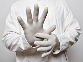 Afinal, as luvas descartáveis protegem contra novo coronavírus?