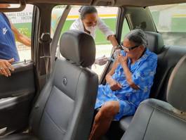 """Abreu e Lima adota sistema de """"drive-thru"""" para vacinação de idosos"""