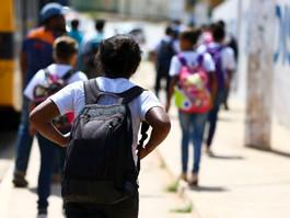 Volta às aulas: Cuidado com as mochilas pesadas das crianças
