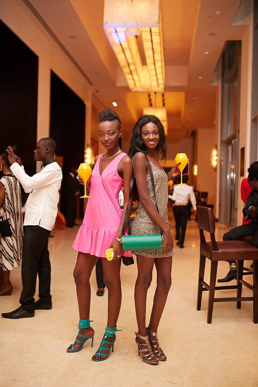 La modella Julee Boucoum (a sinistra) e la modella Sandra Pearson (sulla destra)che indossa una borsa della linea Korai x Kente by Archigiana