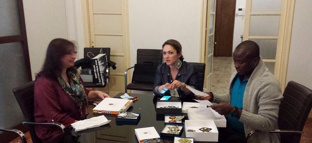 Lo stilista ghaneseStephen Martey Apedo esamina la nuova collezione di bijoux Korai x Kente realizzata dall'artigiana Caterina Nicosia