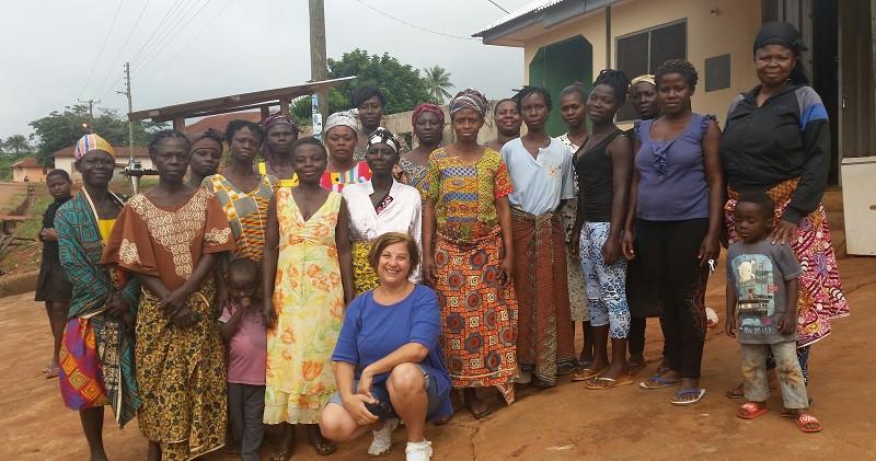 Le donne del villaggio di Mpantuase, Ghana -  Al centro, Antonella Sinopoli, presidente della sezione italiana di Ashanti Development