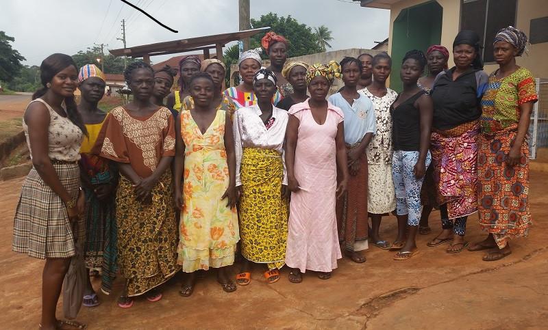 Le donne ghanesi del programma di micro credito Yendaakye insieme alle loro supervisor