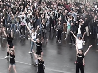800 Schüler feierten Flashmob zum Abschluss 50 Jahre  Robert-Schuman-Institut Eupen im Regen