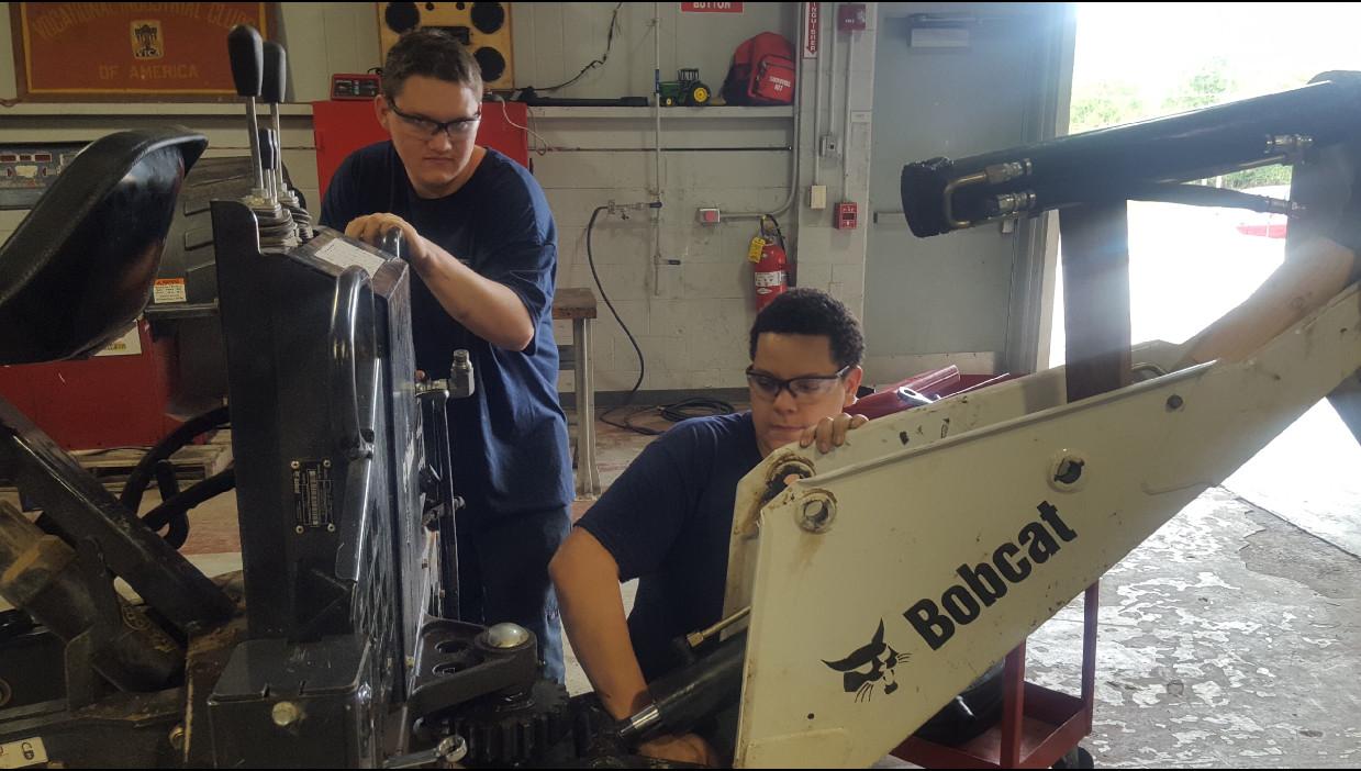 Estudiantes trabajando en Bobcat.jpg