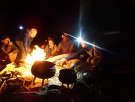 Gemeinsam ums Feuer sitzen.JPG
