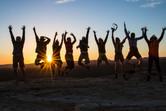 springende-Menschen-vor-Sonnenuntergang-