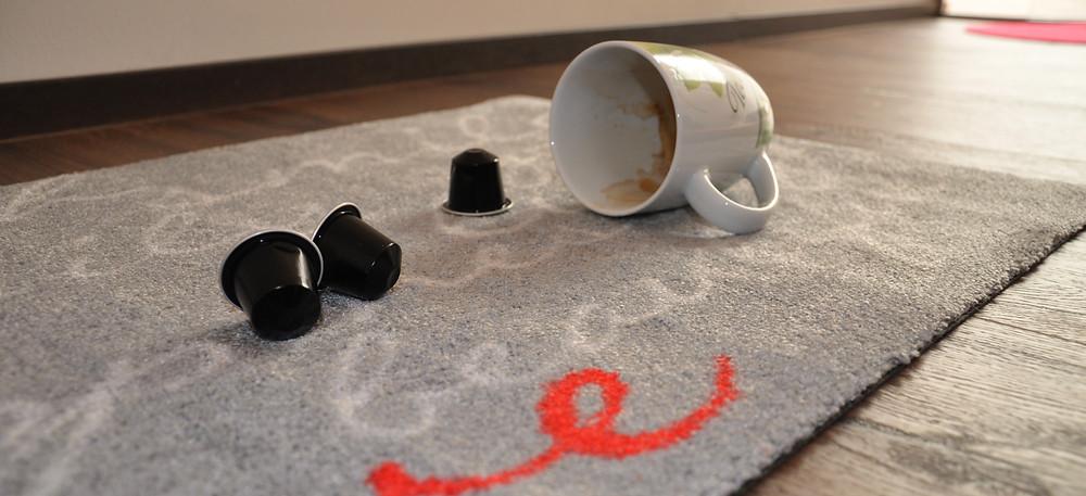 Kaffeeflecken im Teppich