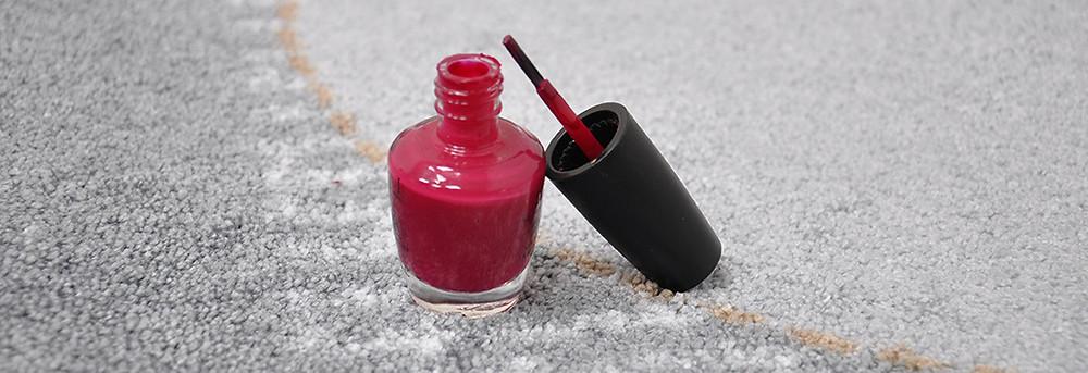 Nagellack aus Fußmatte entfernen