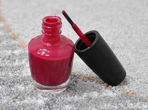 Nagellack aus der Fußmatte entfernen