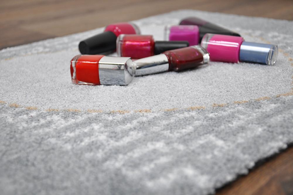 Nagellack auf Teppich