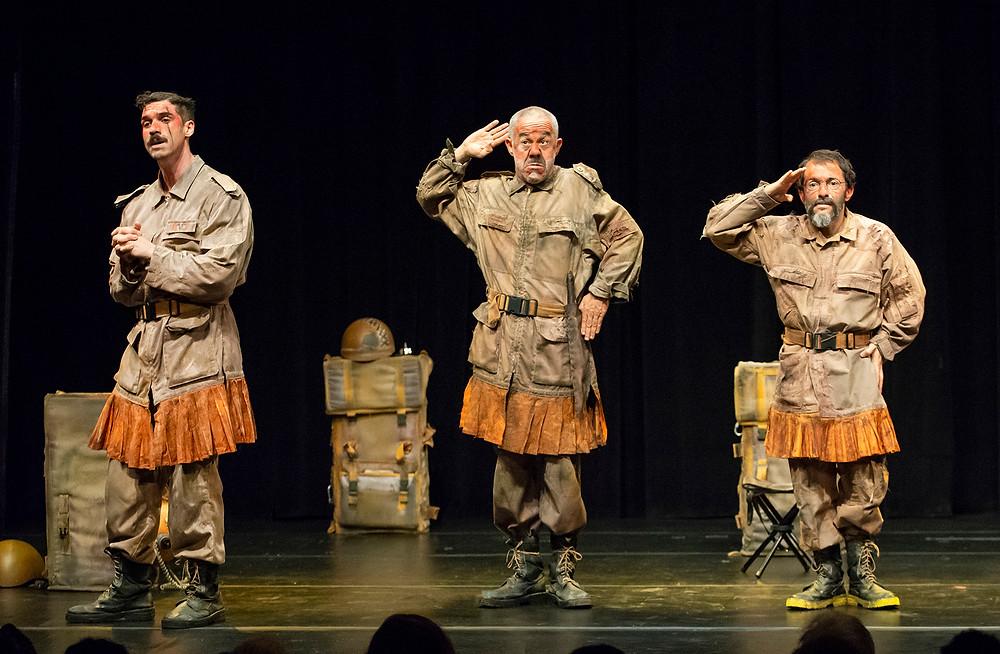 Fernando Paz, Fernando Sampaio e Filipe Bregantim interpretam três soldados em uma missão de resgate. Foto: Carlos Gueller