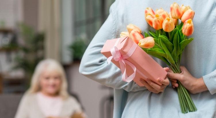 granddaughter-hiding-gift-grandmother-re