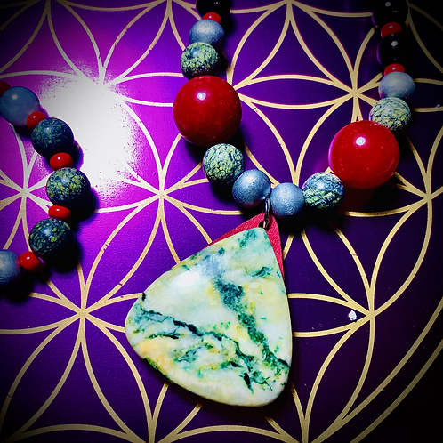 Collier «Mala» perles semi précieuses variées pendentif Mariposa