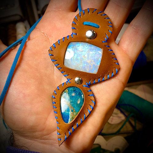 Collier artisanal en cuir et 2 pierres combinées : PIERRE DE LUNE   et APATITE