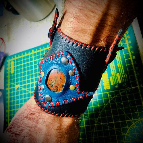Bracelet artisanal en cuir noir «robin des bois» avec JASPE ROUGE