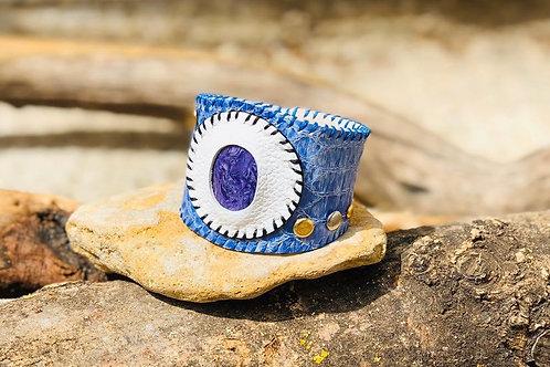 bracelet artisanal en cuir de luxe imprimé python bleu argenté et Charoite