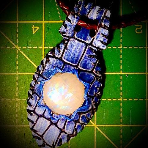 Collier Collier cuir luxe bleu métallisé imprimé Croco avec Pierre de lune bleue